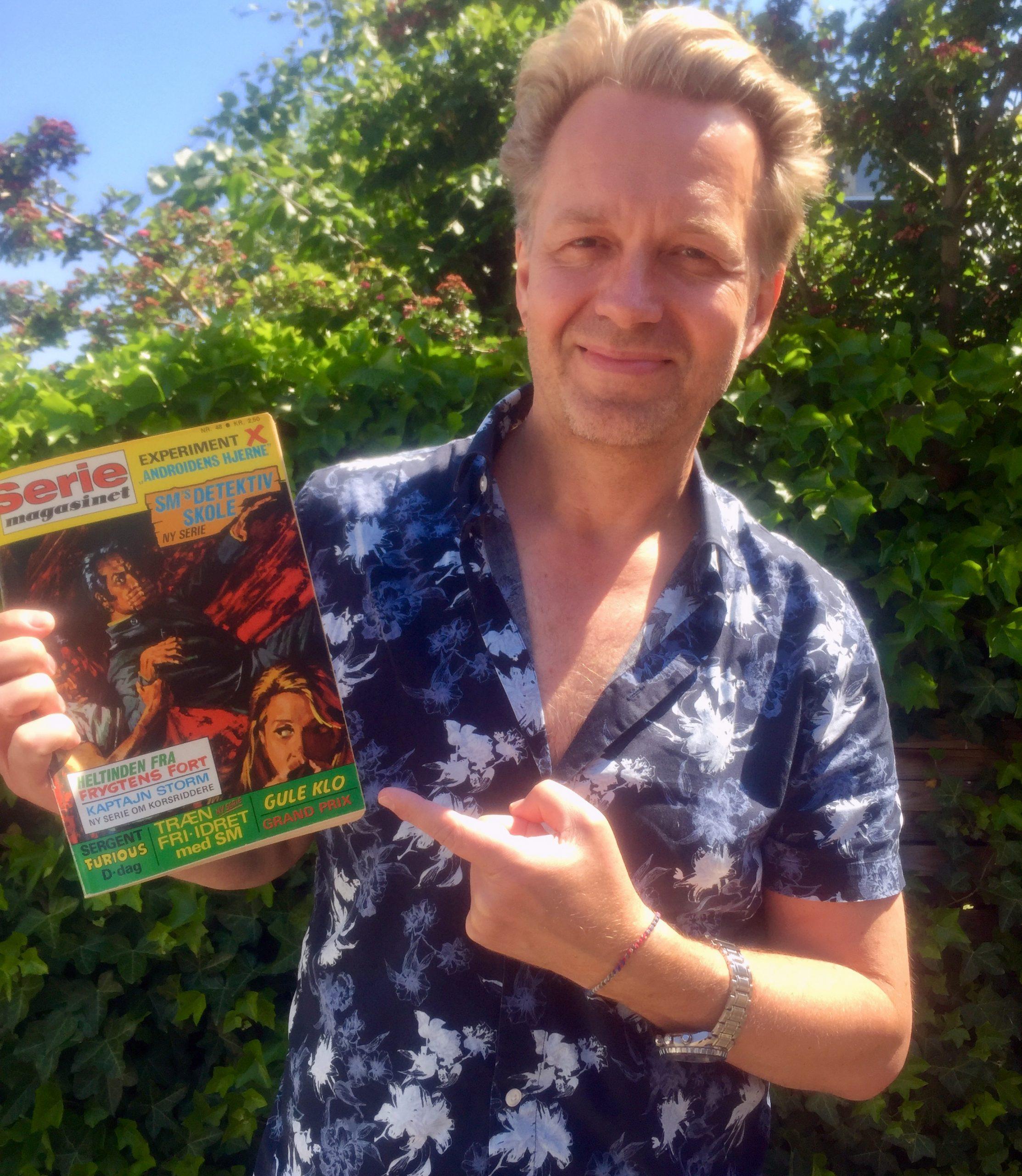 Jakob Melander viser Seriemagasinet nr. 48
